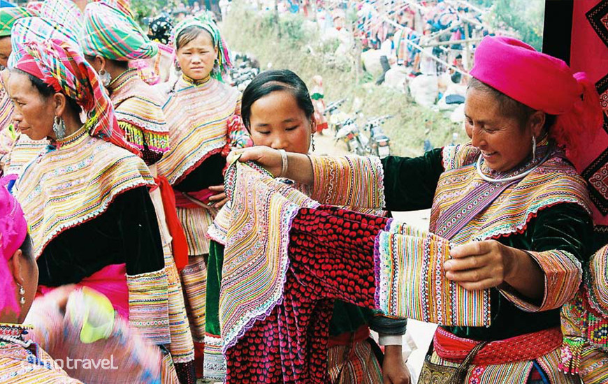 Scegliendo un vestito tradizionale al mercato di Can Cau