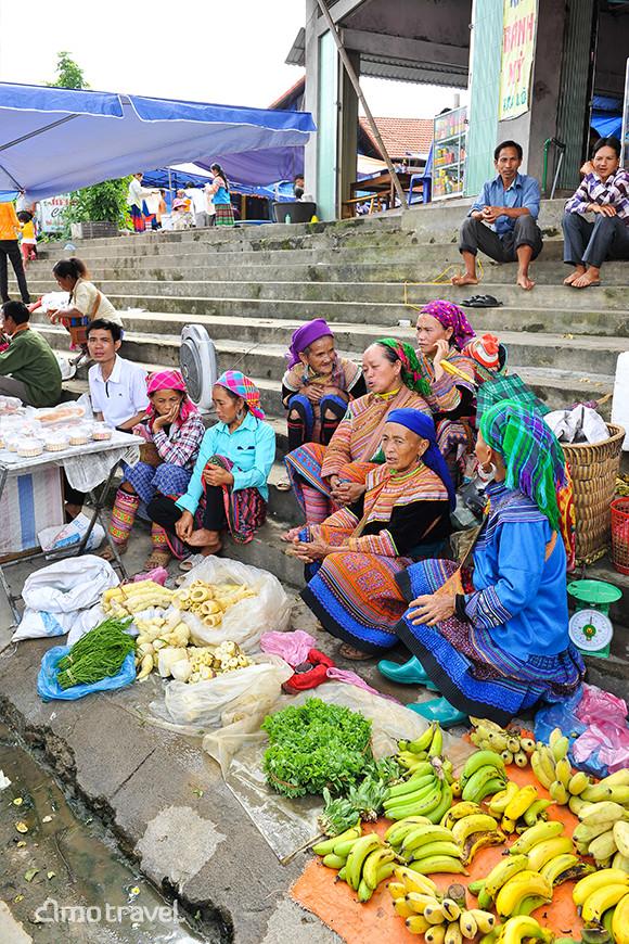 Venditrice di verdura, frutti al mercato di Bac Ha